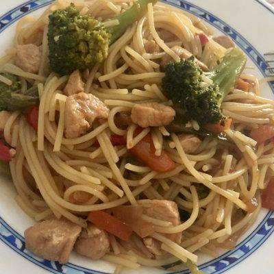 espaguetis sin gluten con pollo y verduras