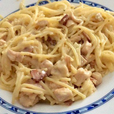 Espaguetis con salsa de queso y pollo sin gluten